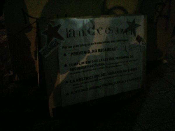 La JPS MDQ. Contra viento y frio, panfleteando en la puerta del recital de Catupecu pic.twitter.com/ZvCFudku