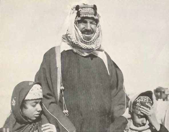 رد: ما دلالة صورة الملك عبدالعزيز خلف الملك سلمان . أثناء كلمته في القمة
