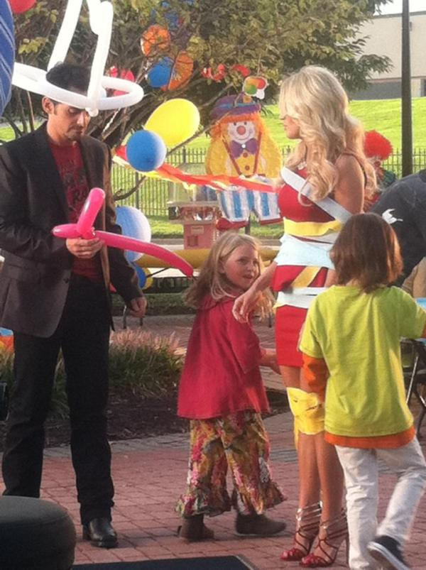 Carrie Underwood On Twitter Clowning Around On Set Whose Kids