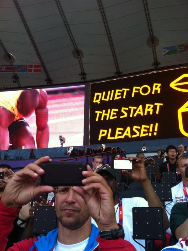 Laddar på olympic stadium, sitter 10 m från elden:) varmt och skönt! http://t.co/Tlyh9e8I