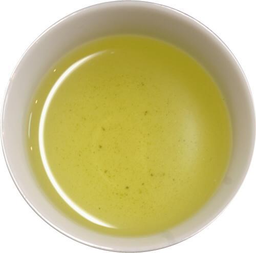 番茶 製法は煎茶とほぼ同一であるが、煎茶が若葉を使うのに対し、番茶は成長した葉を使用する 煎茶に比べタンニンが多めで逆にカフェインは少ないため、味は淡泊でさっぱりとした飲み口だが渋みを含む https://t.co/yd7KriF9T3