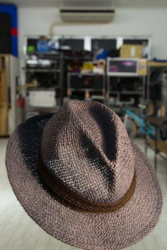 再現と言える程の事はできていないのですが、、、  帽子何色に見えますか?  帽子だけに白熱灯の光を当てています。スタジオの定常光(背景の明かりの色)は空の明かりの色に近い5000ケルビン付近です。 http://t.co/TbIO4bRSs2