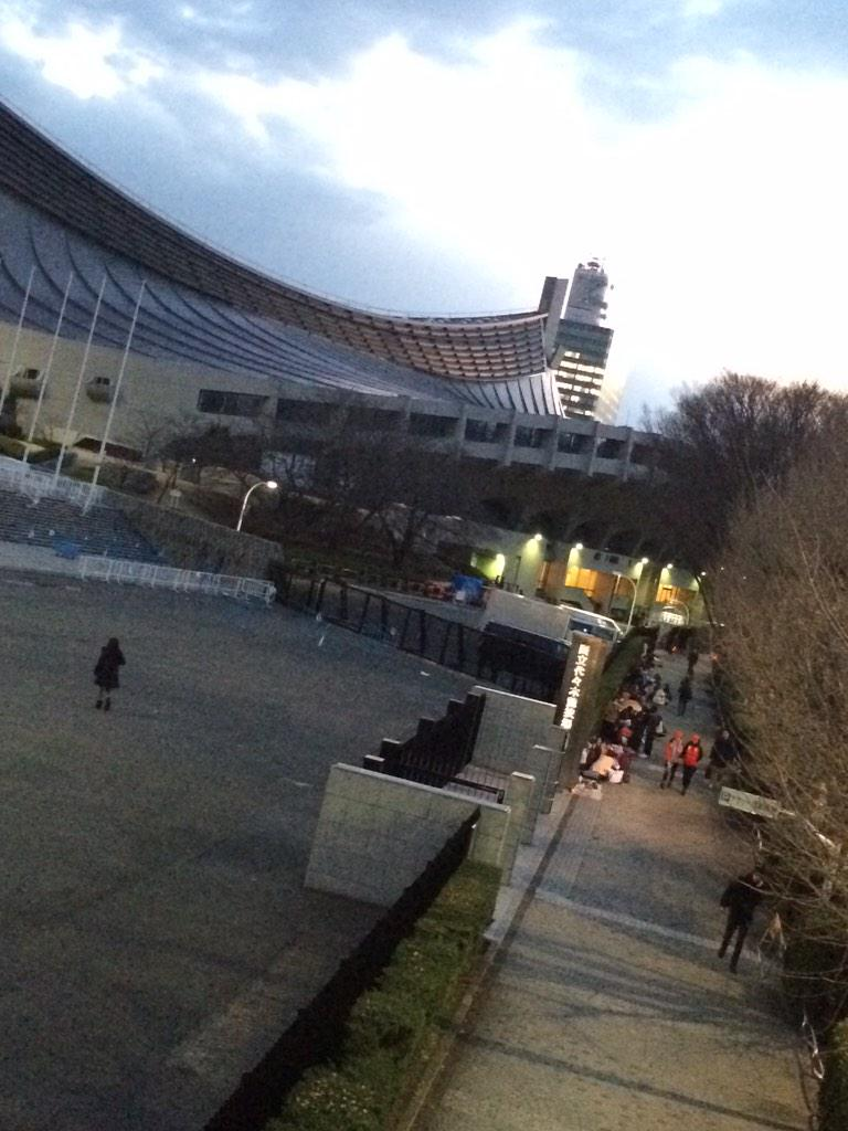 明日のTGCのリハで代々木体育館きたら……もう列がある!!!ビッグバンファンの熱意!そしてマツダスタジアムももう列がすごいみたいで!カープファンも負けず熱いよ(≧∇≦) #TGC #BIGBANG #ビッグバン #ティージーシー http://t.co/bx5prFUPGP