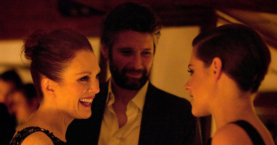 New pic of Kristen with @_juliannemoore & Bart at @CHANEL dinner http://t.co/qI6hg8vnPW  http://t.co/zpaobHQdQ0