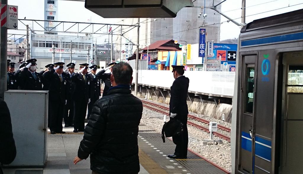たまたま乗った電車の運転士さんがラストランだったらしくて仲間の出迎えにちょっと感動した。 pic.twitter.com/aqCM9T5uJk