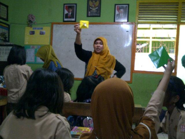 """""""Ayo, kertas dilipat kayak gini yah"""" kata kak Riri, relawan NBS saat kelas prakarya di SD Negeri Paccinang"""