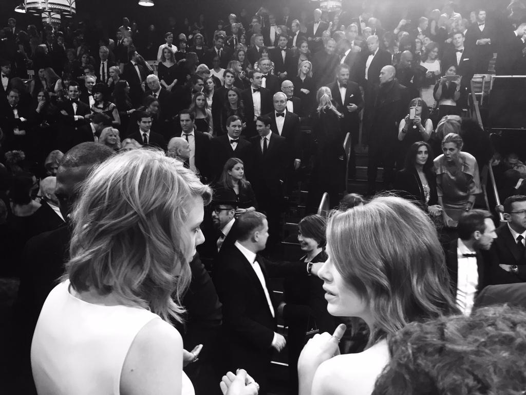 Way cool pic during Goodnights on #SNL40 @taylorswift13 #EmmaStone and behind them in audience too many to mention http://t.co/RMKnchEuKm