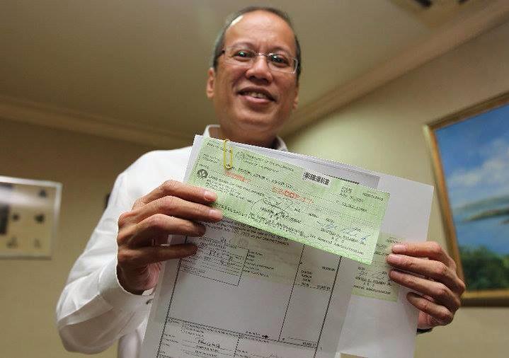 Si Mr @noynoyaquino ang nakitaan ko na Pres na proud sa kaniyang 1st Paycheck. Yung nagpaparesign kaya? #Noynoyparin http://t.co/CdwZi1oDQc