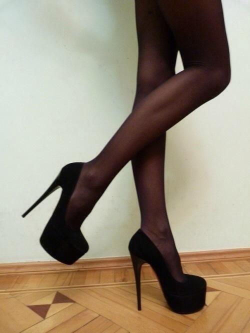 фото девушек в чулках и высоких каблуках