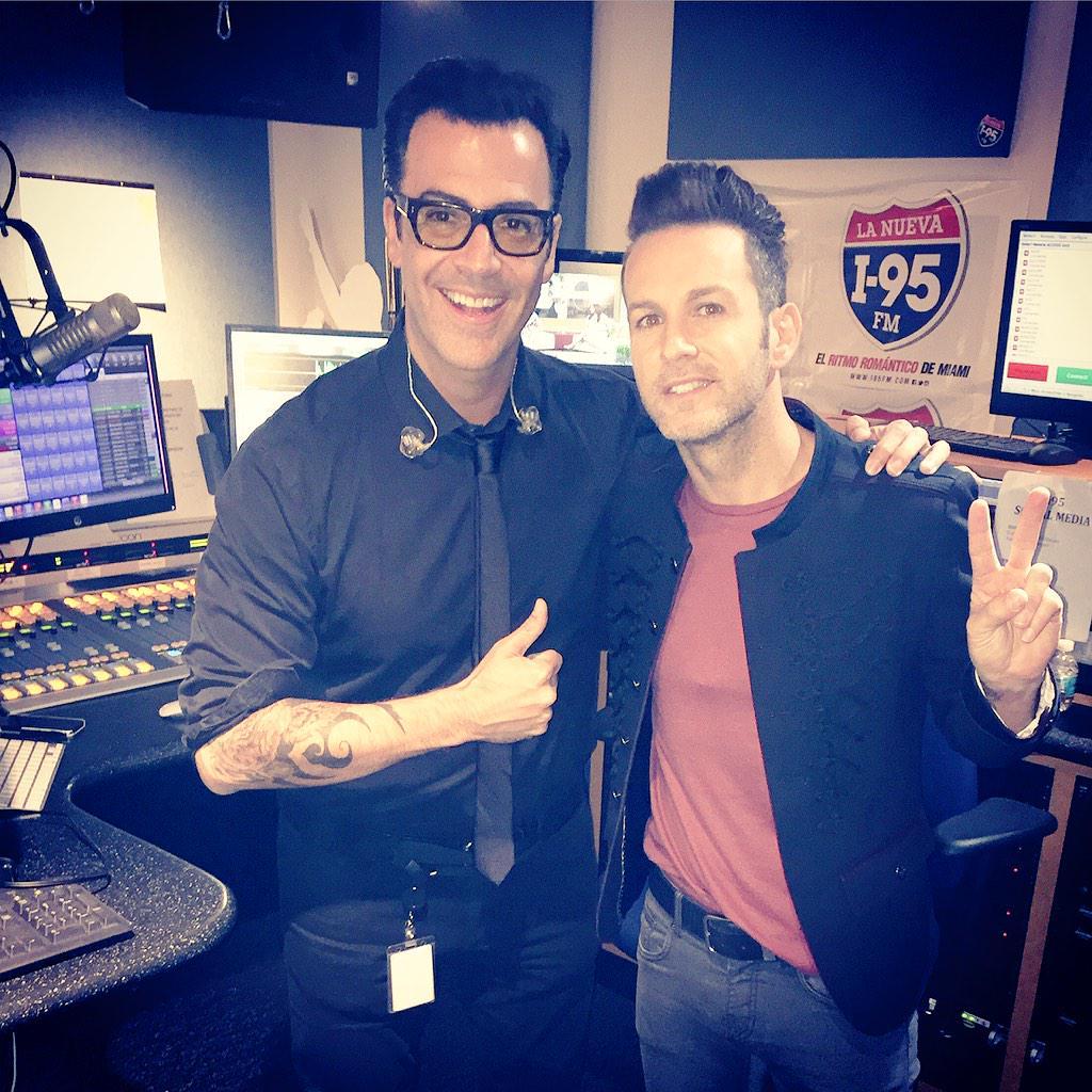Gracias @AxelOficial por compartir tu talento y buena vibra hoy en #ElShowDelGato @957miami Abrazos! #radio #música http://t.co/9JkG7uWsaF