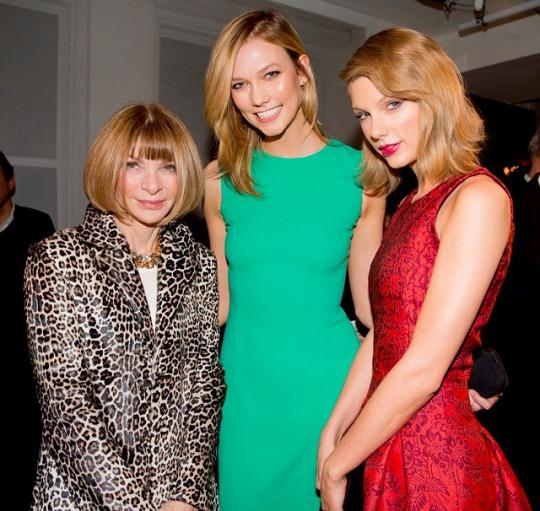 Anna Wintour, Karlie Kloss, and Taylor Swift pose for a photo backstage. (Twitter/ @darkpassiontia)