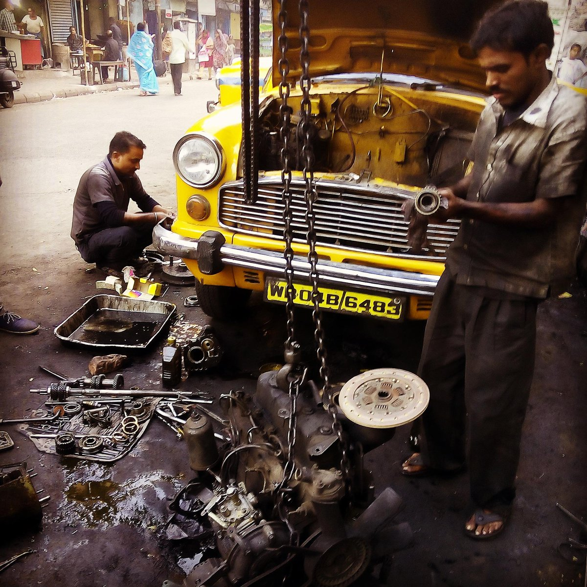 Complete gearbox strip down and repair on the street behind our office. #kolkata #jugaad http://t.co/jmrJstzOzI
