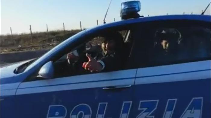 #Nomadi si divertono a #Roma su volante #polizia, indagini su video postato su #Facebook  http://t.co/wxD8i9n2QT