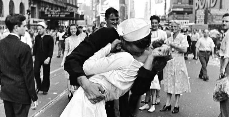Resultado de imagem para beijos famosos