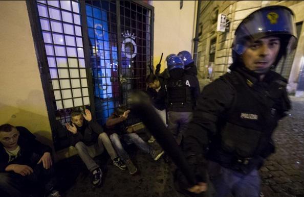 Roma-Feyenoord, scontri ultrà-polizia a Campo de' Fiori