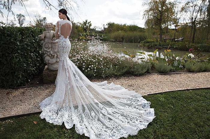 You might want to have a moment to take in the beauty of this gown #weddinghour http://t.co/qaP98nLgKn http://t.co/UjiVKu4uLD