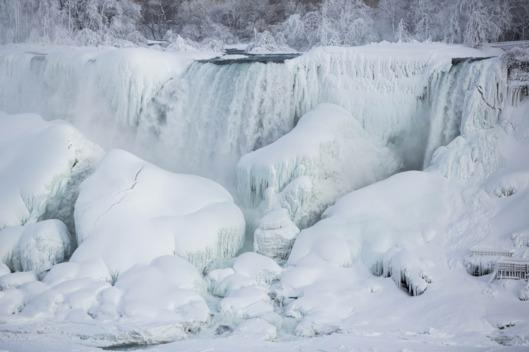 First the Bryant Park fountain, now Niagara Falls, next the world: http://t.co/pqlbDVok0J http://t.co/G46raTrqBg