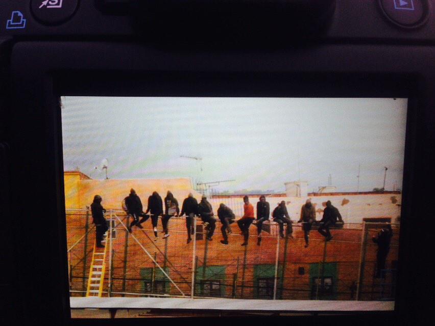 #melilla los van a expulsar a marruecos. Con toda la tecnologia de las fuerzas de Jorge, al final se cuelan! http://t.co/J4xczHxLFY