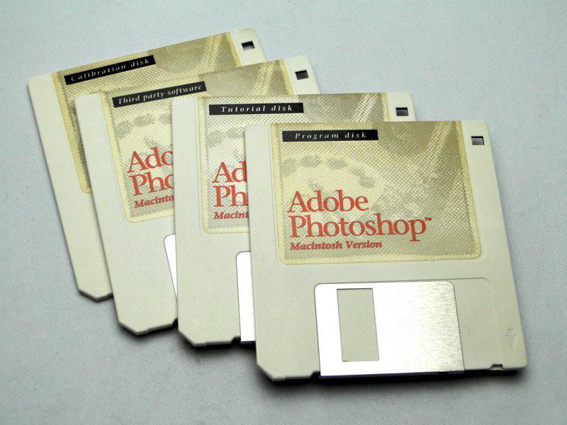 Adobe Photoshop 生誕25周年。version 1.0のフロッピーディスクはこれでした http://t.co/HlU8qXWbOX