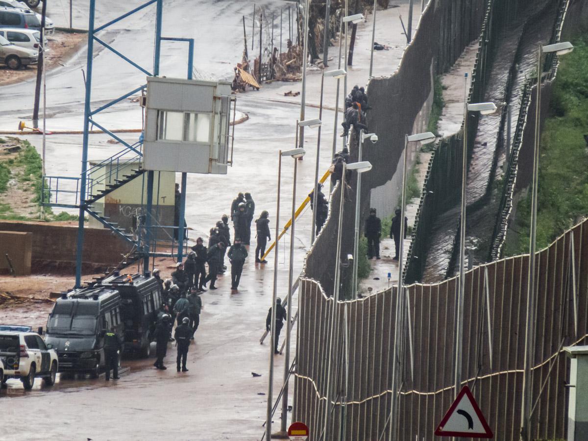 El dispositivo de las fuerzas hispano-marroquíes esta mañana en Melilla. Malienses deportados. #JeSuisJorge http://t.co/DP7SOhkTqf