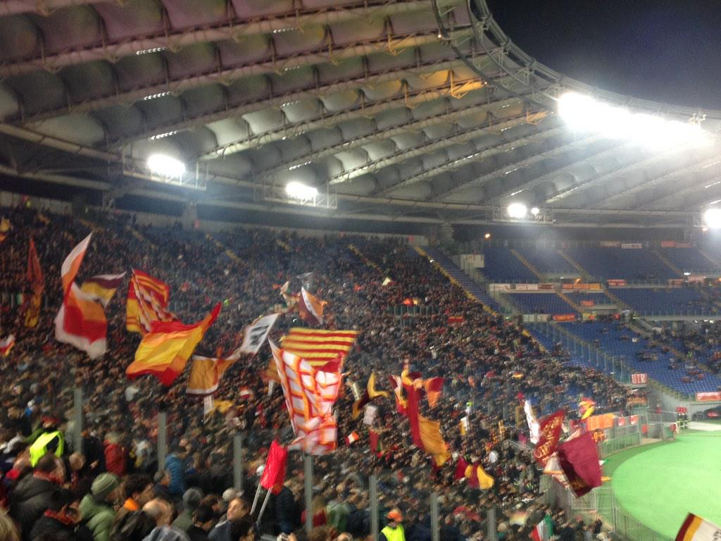 Het hele stadion: Olandese, pezzo di merda. Tja... #RomaFey http://t.co/9YHSCoGGfc