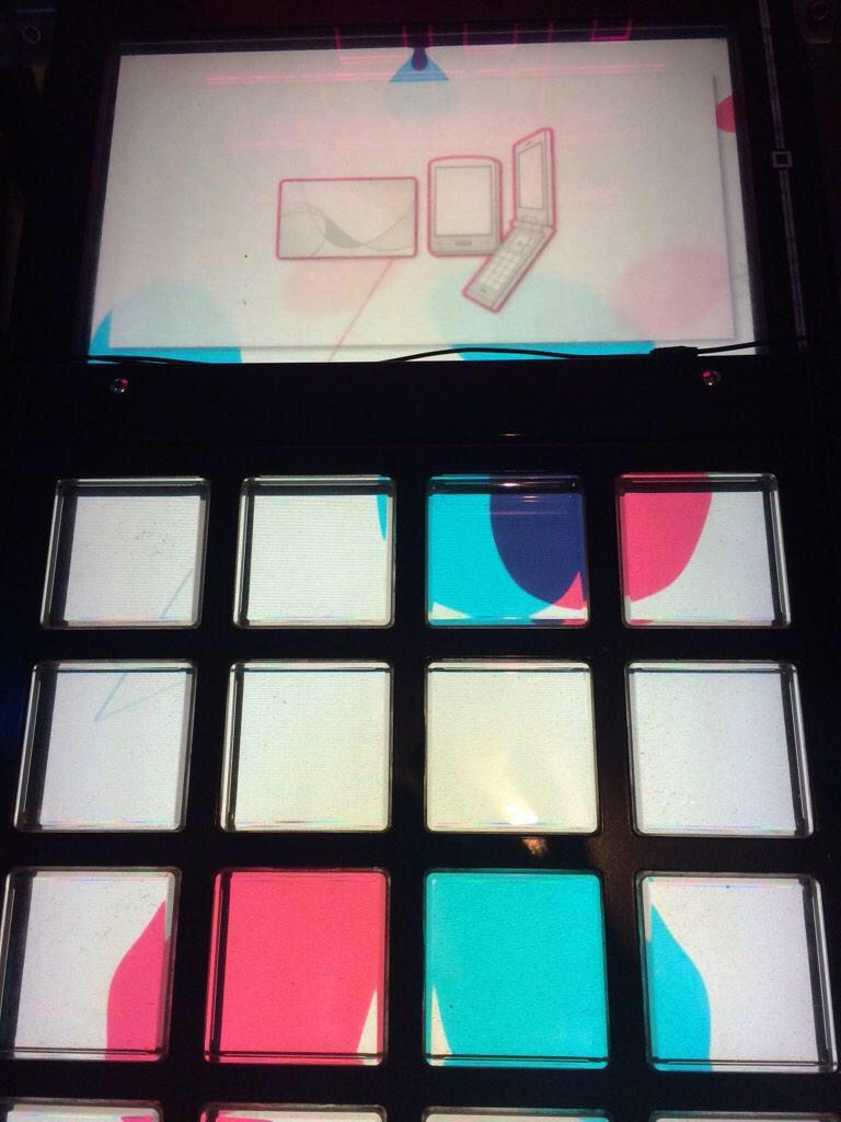 上の画面のカードと端末が「ロリ」って文字を表してるようにしか見えない http://t.co/f9z8PycjpL