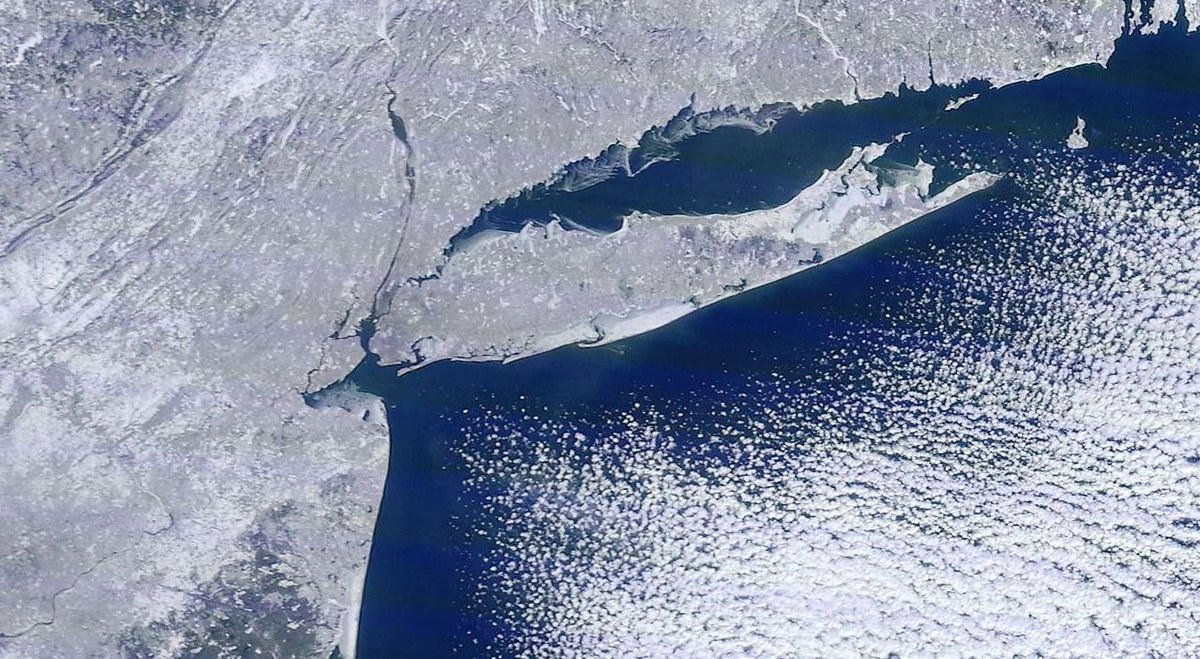 Amazing satellite imagery of NYC, NJ, and CT this morning. Not hard to tell that it's winter. http://t.co/kqEvPDmRl0