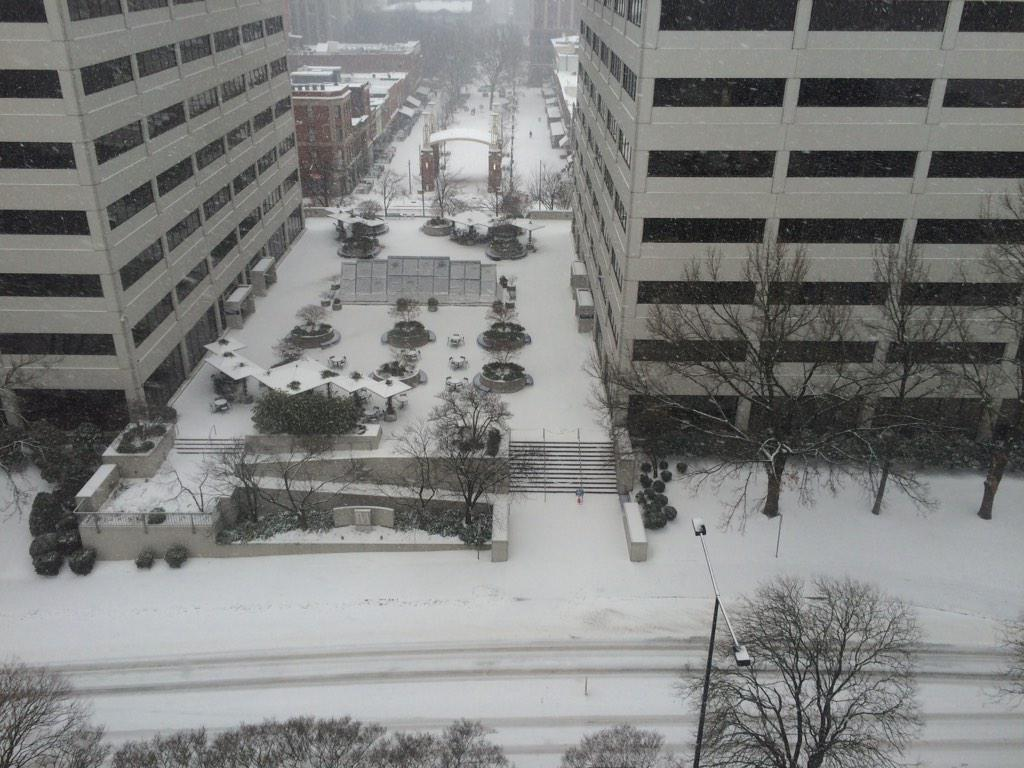 Still snowing on Summit Hill at 9am. Here's a view of TVA and Market Square. #knoxwx #tnwx http://t.co/gNXmjWvXiz