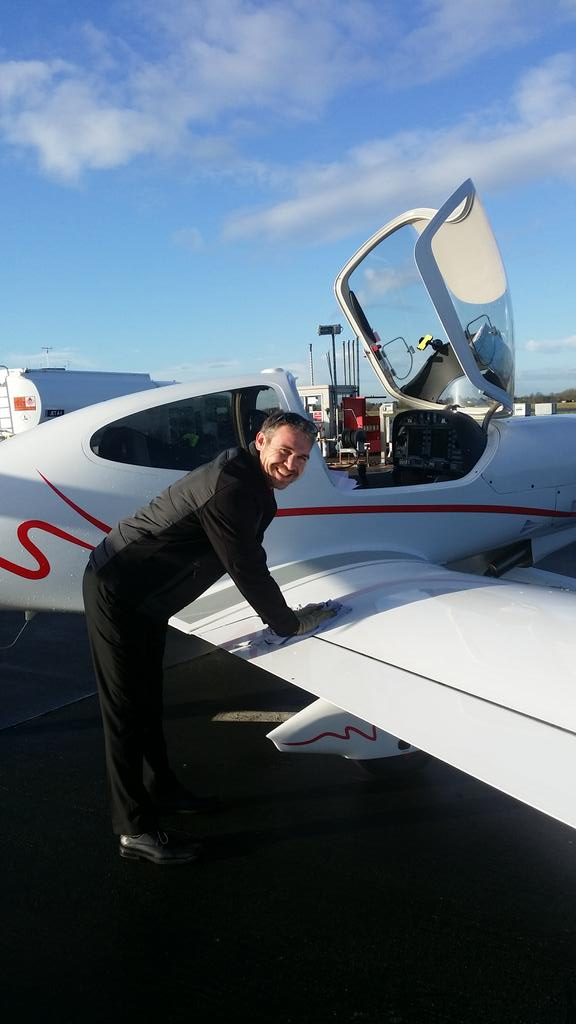 Me and the boss John @TAAUK wiping Sputts ice down. TY to firecrew @GlosAirport for lovely cuppa x http://t.co/VaU4q2OEW7
