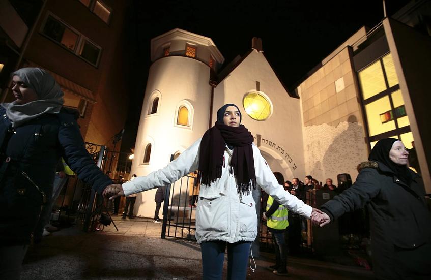 Muslimer och judar, arm i arm, bildade en ring runt synagogan i Oslo på lördagen. http://t.co/FfbCV7pj55 http://t.co/jTf0EhOEO2