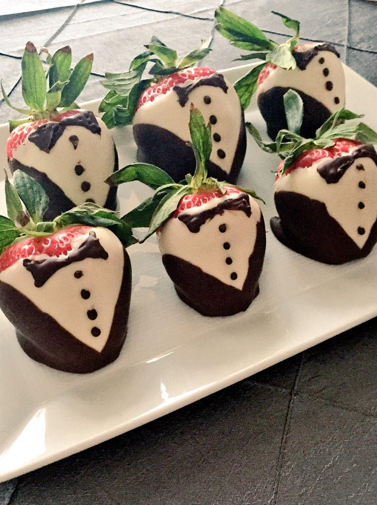 All dressed up and ... ready to be eaten. Do you love chocolate-dipped strawberries as much as we do? #FSTaste http://t.co/zzWYcjs8qC