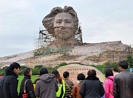 中国が造った若き日の毛沢東の像、美化しすぎて荒木飛呂彦像にしか見えない。 http://t.co/I9zFQyn6Td