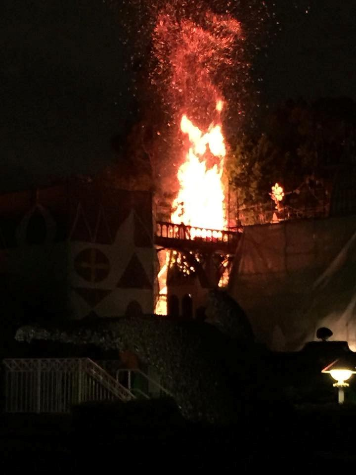 #BREAKINGNEWS Fire knocked down at Disneyland; no injuries reported http://t.co/C0bICjYljN http://t.co/qz6KYT4hGm