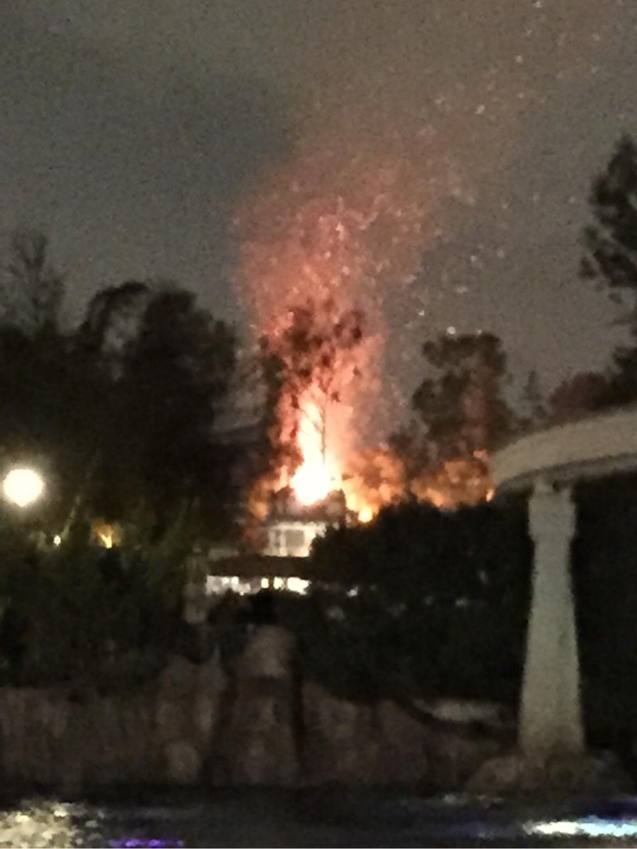 Pic of it's a small world on fire about an hour ago via BCC #Disneyland http://t.co/bvF1P46VGS http://t.co/p9J2EWeHZN