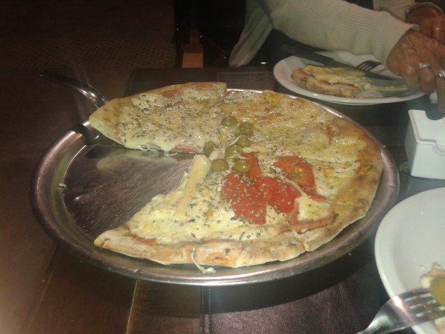 Terrible pizza la de nuestro @RestoFavorito @PizzaAvellino y @PizzaAvellinoVR  #Ampliaremos estás @ferraribsas ? http://t.co/HJuMnqlZLm