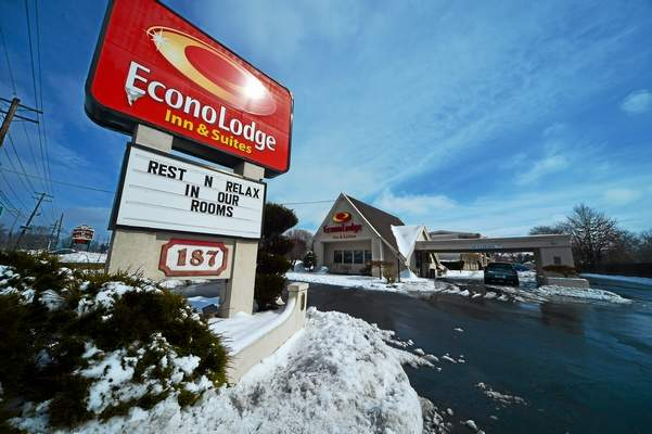 Police investigate suspected meth lab in Bordentown Township hotel, two arrested: http://t.co/9yuOUG8tHF http://t.co/pzpMYtNrMy