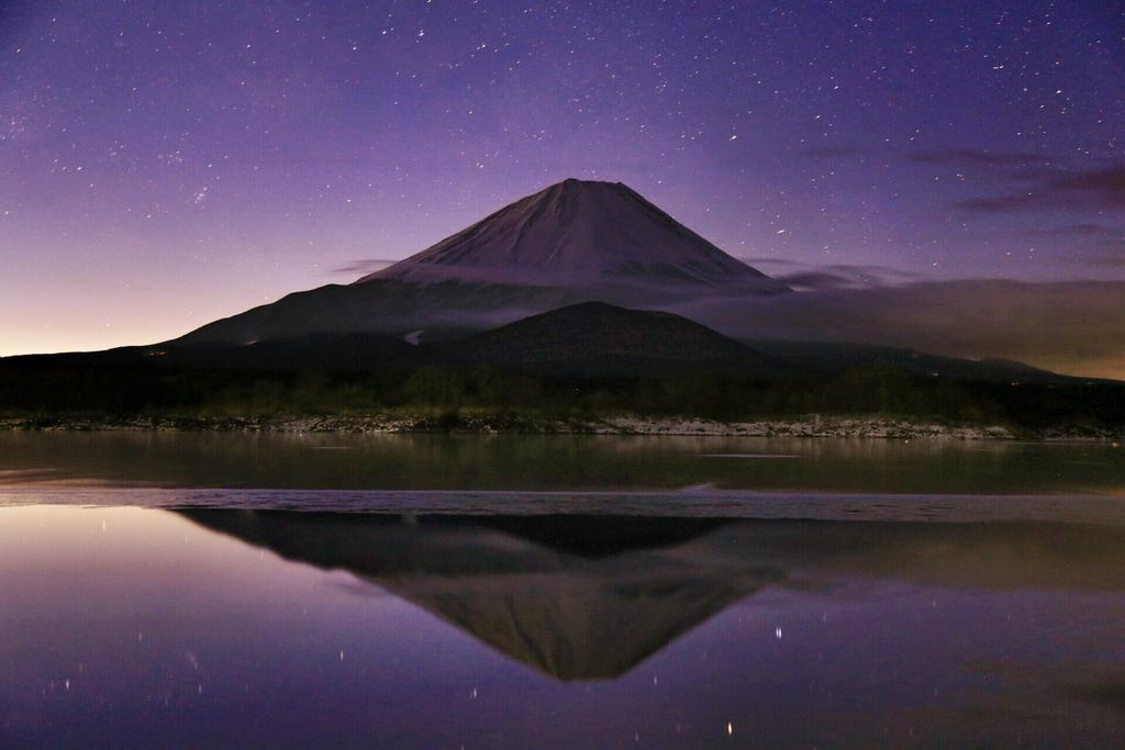 おはようございます(^^)2月23日は何の日!?と言う事で、223は富士山の日らしいです(・∀・)そんな記念日に(笑)今日は今年撮ったものの中から夜の逆さ富士を四枚選んでみました♪ #写真好きな人と繋がりたい #富士山の日 pic.twitter.com/TA6TaiZ2km
