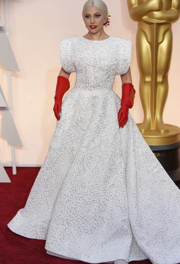 Lady Gaga chegou com suas luvas de jardinagem.  #Oscars2015 http://t.co/yke7XiQgNA