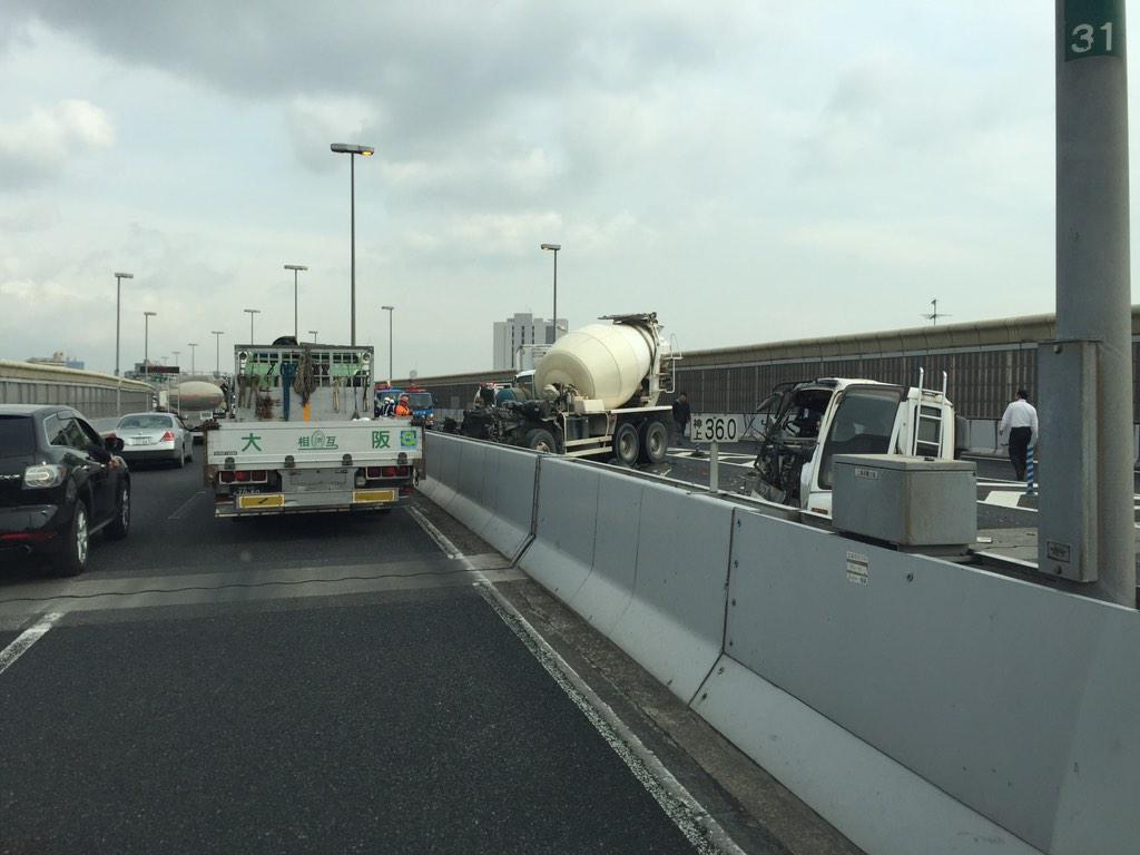 阪神高速下り湊川でどえらいことになってます!(◎_◎;)当分動きませんよ。ご注意してください pic.twitter.com/qLlpTeNXqg