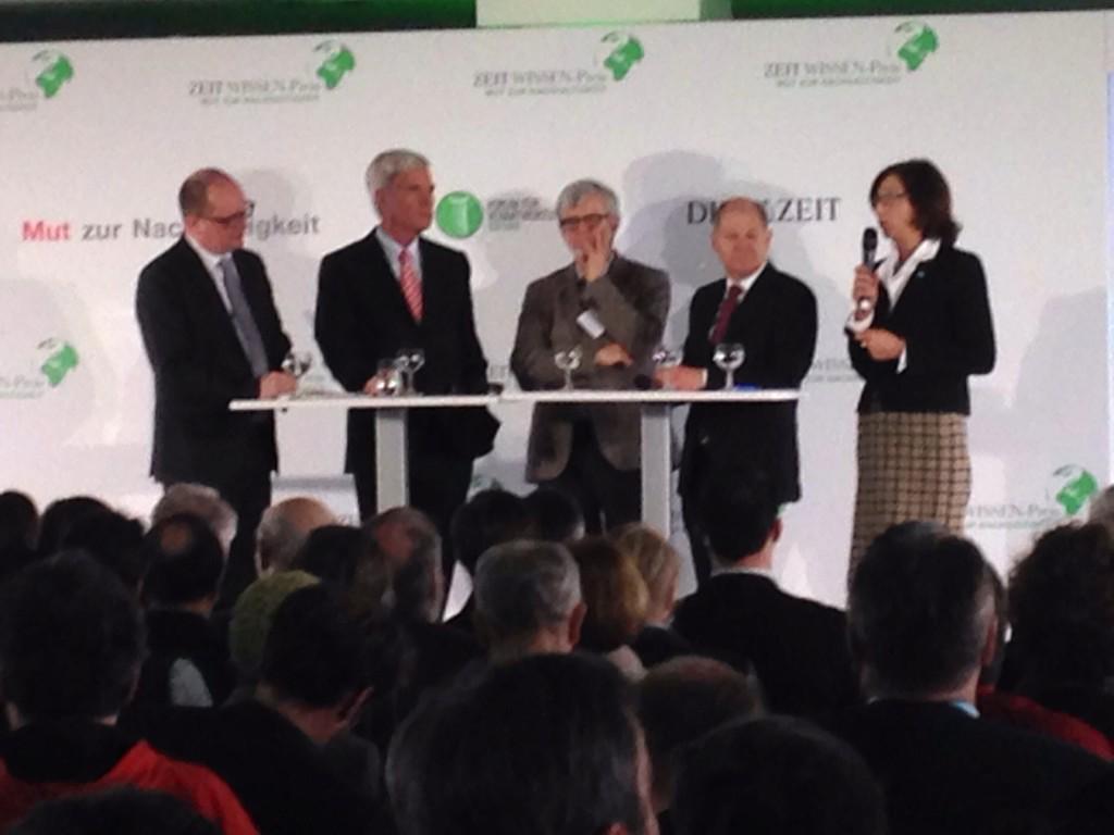 Top-Podium beim #mzn2015: Michael Otto, Otwin Renn, Olaf Scholz, Margret Suckale. Moderation: Andreas Sentker http://t.co/Uoxq8wyuqc