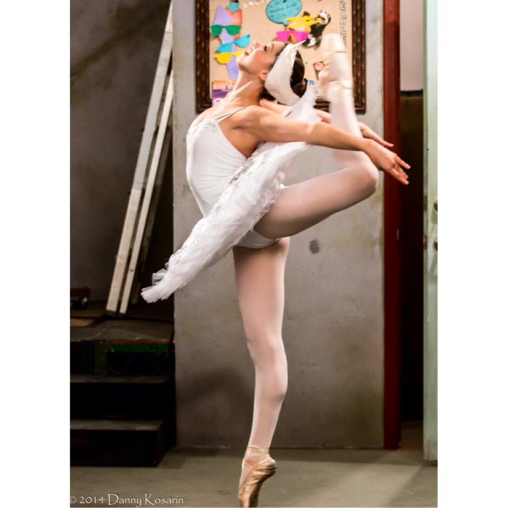балерина в белом трусы - 10