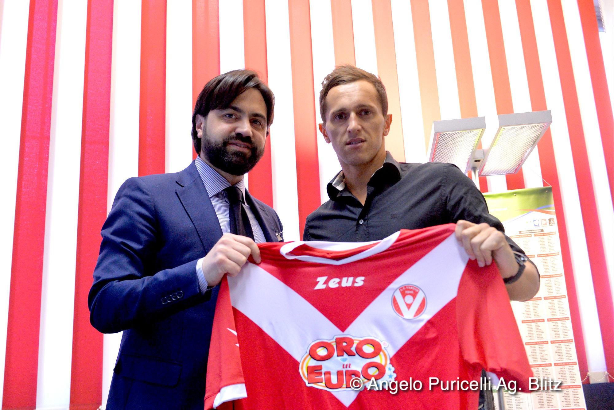 Kurtishi (R) posing with the new colors; photo: AS Varese