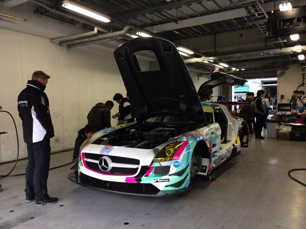 富士スピードウェイでは間も無くグッドスマイル 初音ミク SLSのシェイクダウン開始です。まっさらの新車はピカピカです。ただ、コース上は残念ながらウエットです。 #supergt #fightgsr pic.twitter.com/yS5aptnFIn