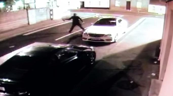 Otomobili soymak isteyen hırsız kendini yaraladı