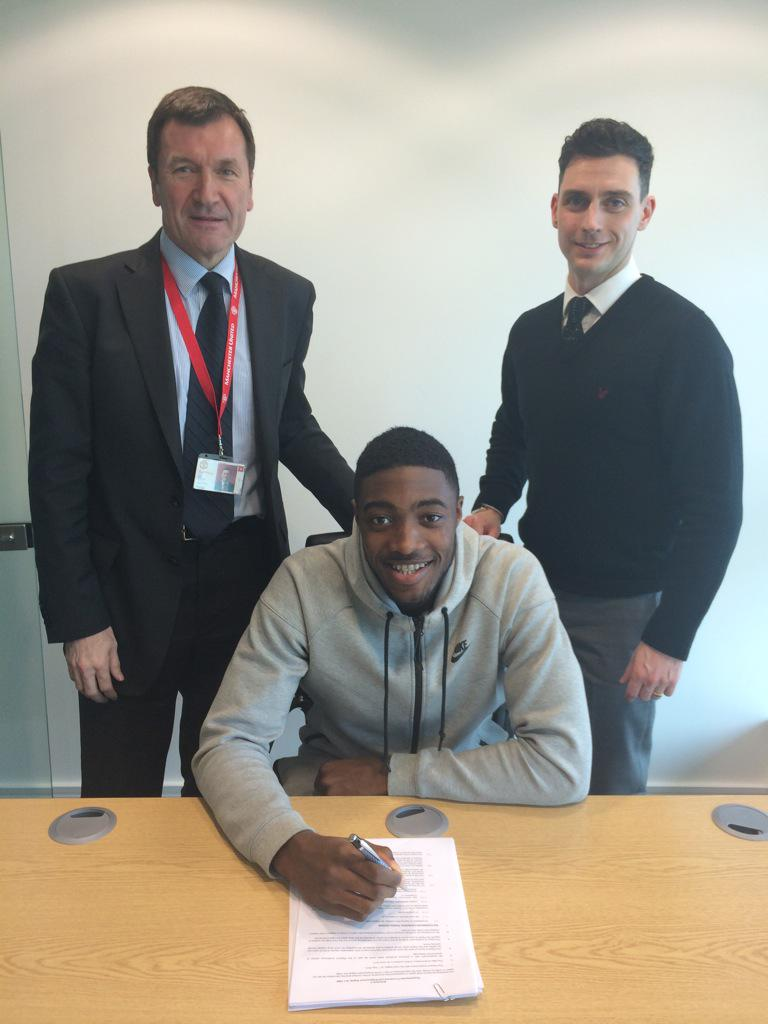 Tyler Blackett signs new #Mufc contract until June 2017 with the option to extend by a further year. http://t.co/X7BDPm8chA