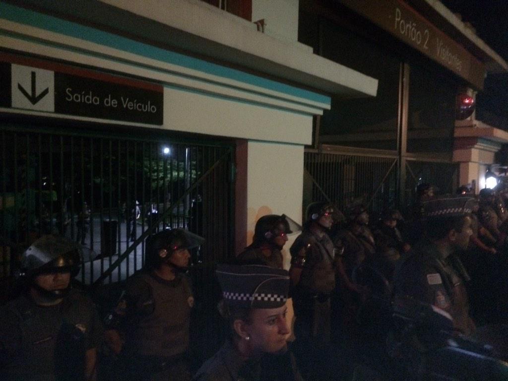 RT @VejaSP: Policiais reforçam segurança na entrada do Palácio #vejaspaovivo http://t.co/OhrjOxW6vG