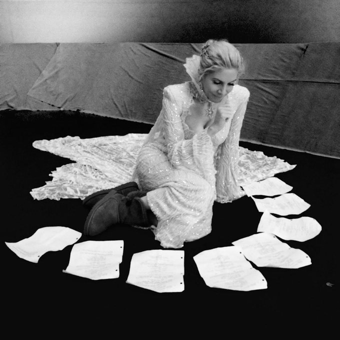 Day 64: #ElizabethMitchell in a sea of words... #101Smiles #UglyDucklings http://t.co/jITYV1h6Hb