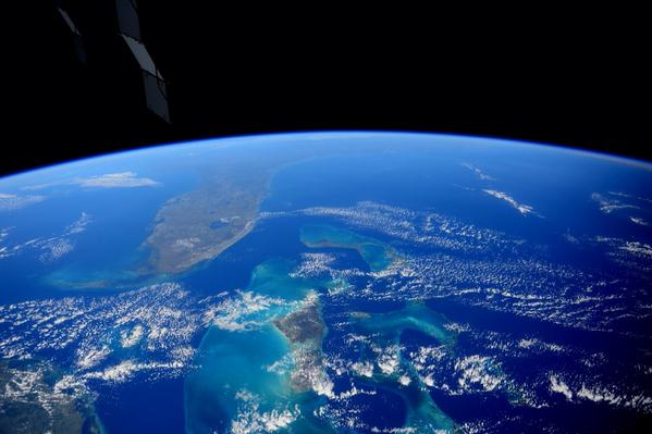Oh my. #Florida and the #Bahamas a moment ago. Unbelievable beauty. pic.twitter.com/OVZsGXHsjo