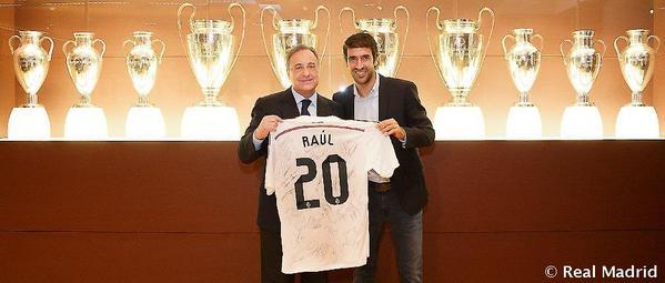 Raúl, HOMENAJEADO en el Bernabéu por los 20 años de su DEBUT. #ElChiringuitoDeNeox http://t.co/qQZlbxrpEH
