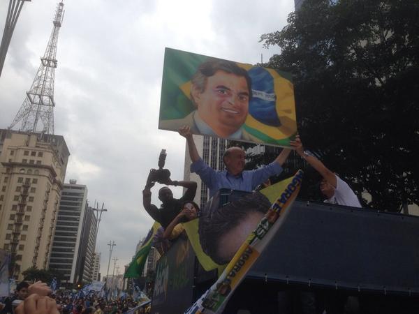 Uma passeata histórica em SP. Milhares e milhares de pessoas na rua clamando pela democracia,decência e pela mudança. http://t.co/etUR0lbljc